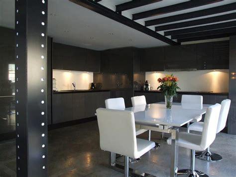 Formidable Cuisine Americaine De Luxe #2: cuisine-americaine-design-cuisine-design-et-contemporaine-creation-d-une-americaine-en-bois-moderne-semi-ouverte-prix-07500840-bar-photos-sur-salon-deco.jpg