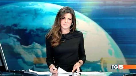 claudio fico glass desk descuido de presentadora vuelve viral noticiero