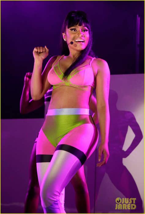 www ekpoesito com nicki minaj shows off her big titties nicki minaj shows off her curves in neon spandex photos