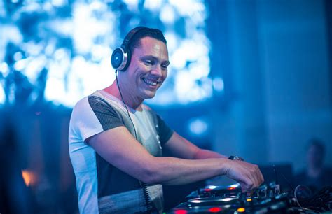 dj tiesto es marshmello ti 235 sto after on stage accident sends him to hospital