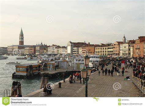 fotos venecia invierno calle de venecia en invierno durante el carnaval imagen
