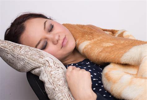 su una sedia come dormire su una sedia 11 passaggi illustrato
