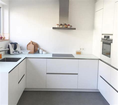 graue und weiße küchen schuhregal aus paletten