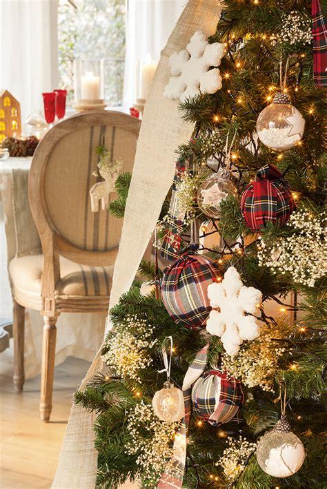 decoracion de arboles con cinta decora en rojo cuadros y madera esta navidad
