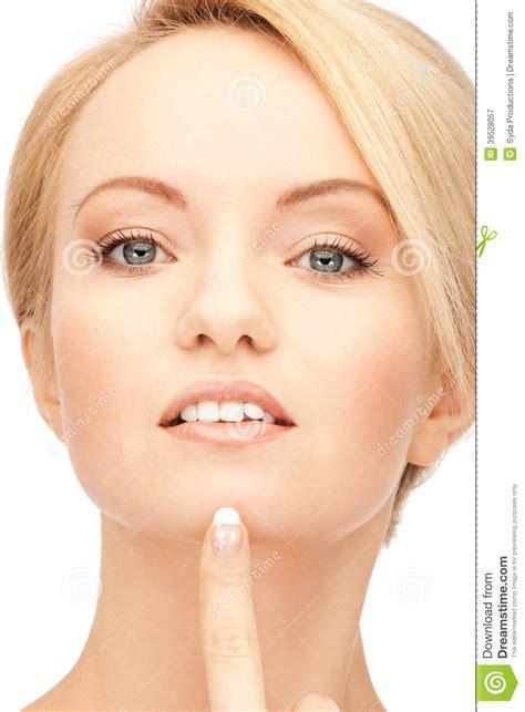 imagenes que hermosa mujer mujer hermosa que se 241 ala a la barbilla imagen de archivo