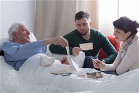 l uomo cancro a letto uomo malato terminale cancro immagine stock immagine