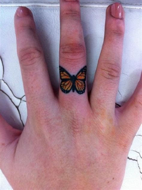 butterfly knuckle tattoo butterfly tattoos mariposa tatuaje en el dedo