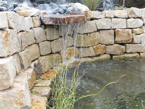 garten natursteine garten wasserfall trockenmauer naturstein ideen rund