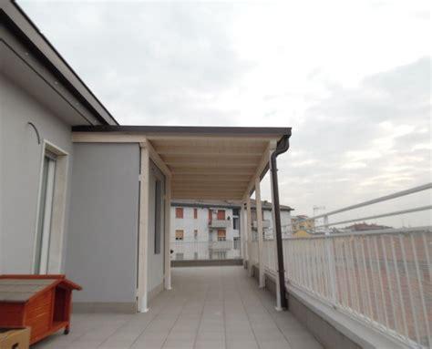 costruire una tettoia addossata tettoia in legno per eterno su balcone finitura bianco