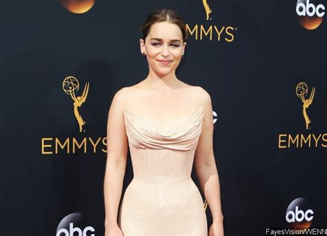 emilia clarke joins the upcoming han solo star emilia clarke officially joins the cast of han solo movie