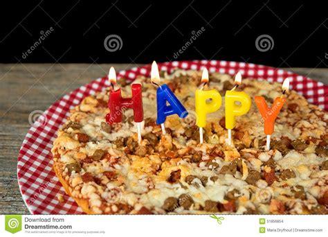 candele buon compleanno candele di compleanno su pizza fotografia stock immagine