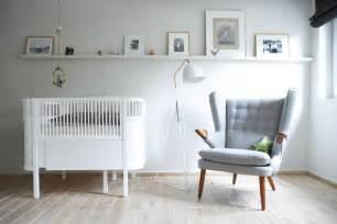 stuhl stillkind babyzimmer mit gitterbett und grauem lounge sessel