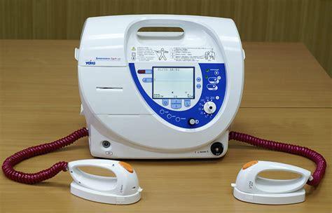 Alat Kejut Jantung file defibrillator uomz jpg wikimedia commons