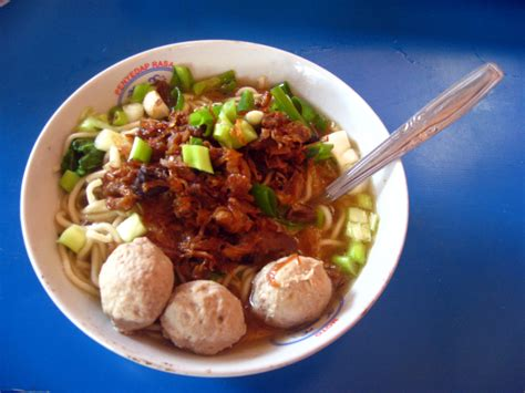 cara membuat mie ayam bakso file bakso in bowl on blue table jpg wikimedia commons
