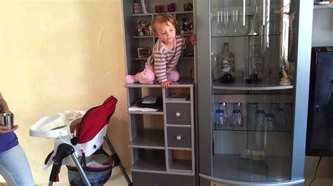 baby klettert schrank hoch - Schrank Hoch