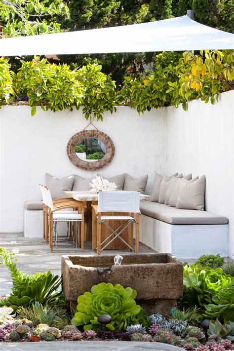 Incroyable Creer Un Jardin Mediterraneen #9: Id%C3%A9es-d%C3%A9co-%E2%80%93am%C3%A9nagement-terrasse-banc-blanc-coussins-gris-voile-ombrage-succulentes.jpg
