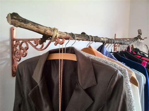 kleiderstange an wand befestigen die besten 17 ideen zu h 228 ngende kleidung auf
