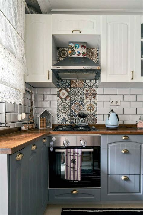 love  tile accent   oven kitchen cabinets