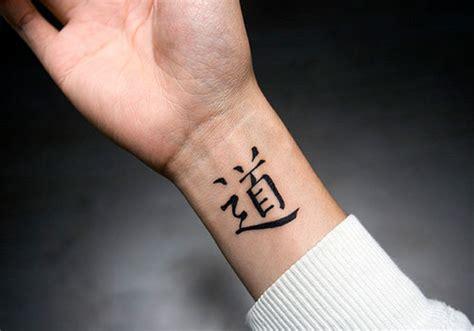 черный иероглиф на запястье фото татуировок