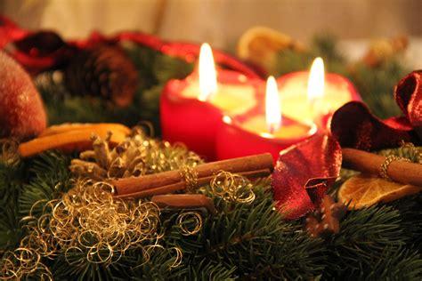 hohe kerzen weihnachten aventkranz grafik foto