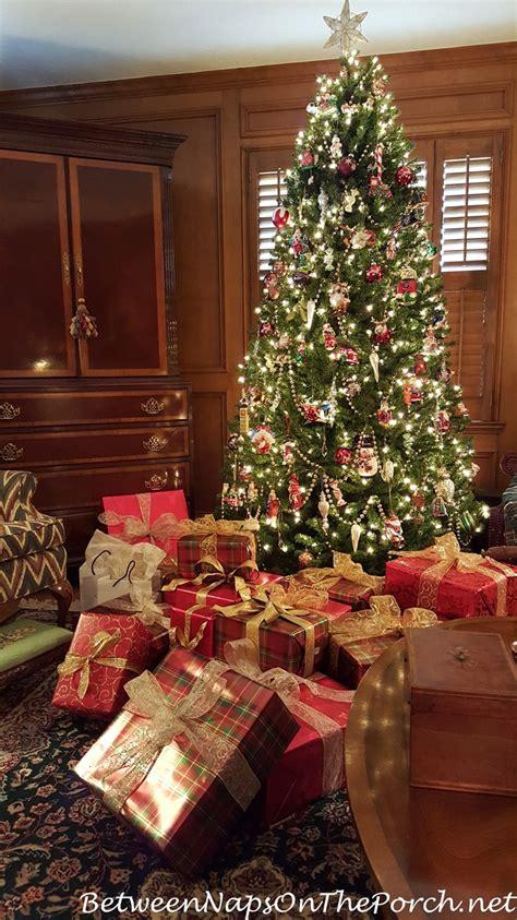 traditional christmas decorations 4 decoist traditional christmas decorating in red and green with