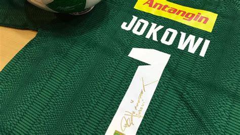 Jersey Persebaya Surabaya Away Liga 2 Gojek Traveloka 2017 Grade Ori O jokowi mendapat jersey persebaya saat kunjungi graha pena berita bola dunia