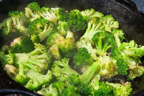 come cucinare i broccoli in padella broccoli in padella la ricetta contorno invernale