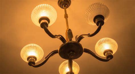 comment mettre un lustre conseils pour accrocher un lustre au plafond