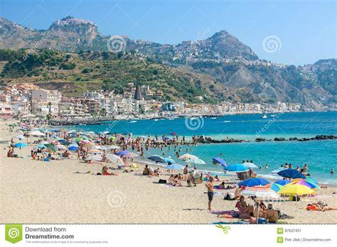 i giardini naxos sicilia spiaggia in giardini naxos sicilia fotografia editoriale