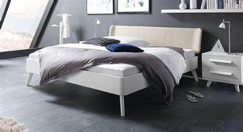 Moderne Einzelbetten by Wei 223 Es Buchenbett Mit Kopfteil In Fischgr 228 T Velours Pori