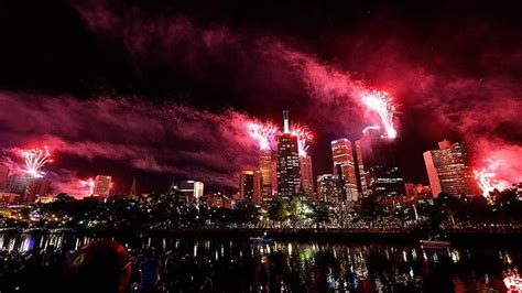 new year in melbourne 2014 melbourne new year s fireworks a 2 8m 7 5 tonne