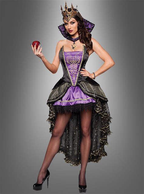 boese zauberin im wunderschoenen langen schwarzen kleid en