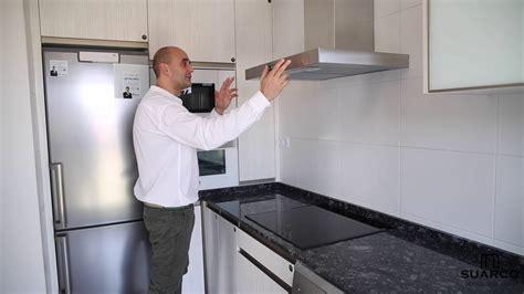 una cocina moderna estrecha  muy pequena  encimera de