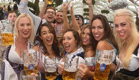 oktoberfest münchen wann pics oktoberfest 2017 gets underway as thousands flock to