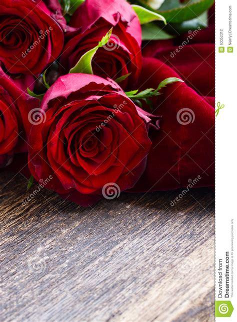 imagenes de rosas terciopelo rosas rojas en el terciopelo foto de archivo imagen