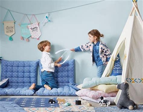 pouf et coussin de sol am 233 nager la chambre d un enfant avec la d 233 co matelas de sol multicolore pour la chambre des