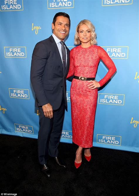 mark consuelos opens up about the first time he laid eyes on kelly ryan seacrest and kelly ripa go on double date in new york