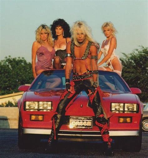 how many do beth and vince neil with beth and some other heavy metal groupies stacked in his car like