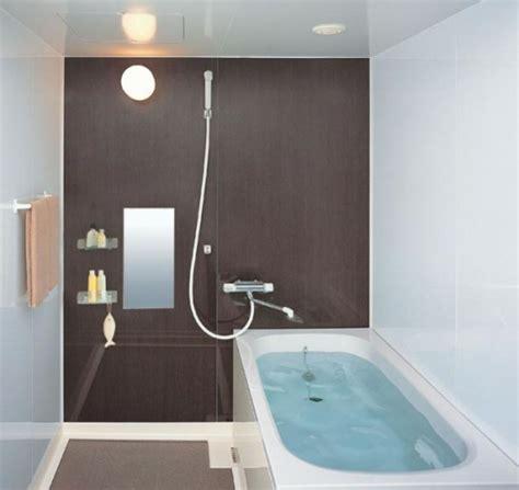 kleines bad optisch vergrößern regal badewannen design