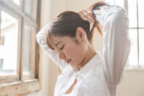 tying of hair easy way to style a glamorous ponytail