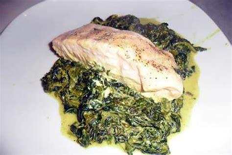 comment cuisiner les epinards recette de pav 233 s de saumon au curry sur lit d 233 pinards