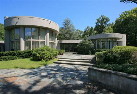 whitney houston house whitney houston s new jersey house back on the market for 1 5 million extravaganzi