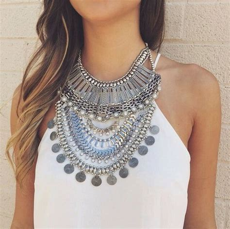 Hq 10977 Collar Gold Shirt Black White charming ways to style your vintage and antique jewelry