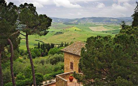 house on the hill desktop wallpaper wallpaper pienza tuscany italy hill house villa tree