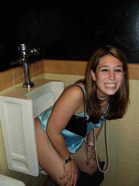 college sex bathroom beim pinkeln erwischt bilder auf bildschirmarbeiter com