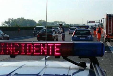 autostrada web incidente in a14 auto contro camion c 232 una vittima