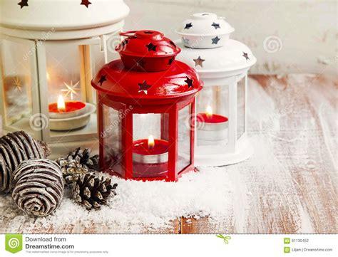 lanterne con candele lanterne d annata di natale rosse e bianche con le candele