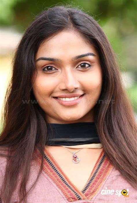 tamil actress size list aishwarya devan new stills