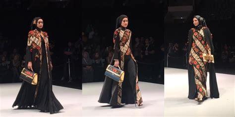 Baju Qonita Gholib paduan batik parang dan busana muslim pada ifw 2017