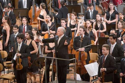 west eastern divan orchestra daniel barenboim feiert 65 j 228 hriges b 252 hnenjubil 228 um musik
